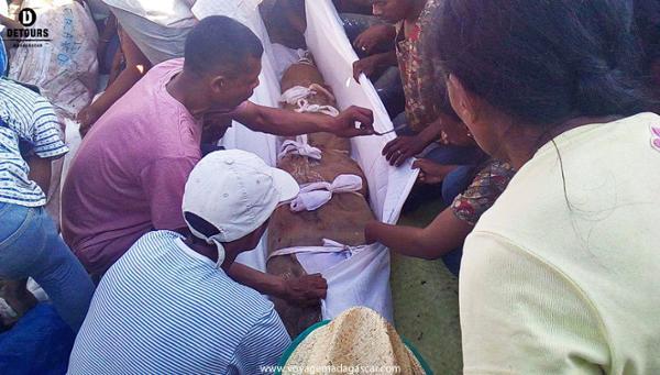 Famadihana ou le retournement des morts